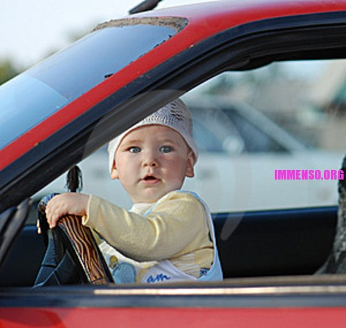 bambino guida macchina