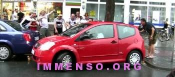 donna parcheggia tra tifosi ubriachi