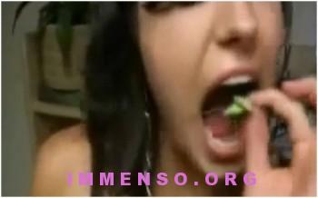 donne che mangiano insetti