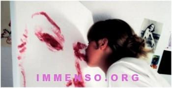 pittrice dipinge con rossetto e labbra