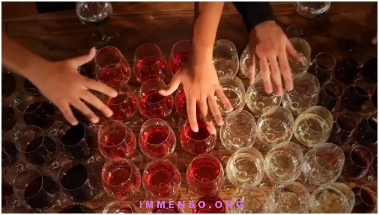 musica suonata con bicchieri