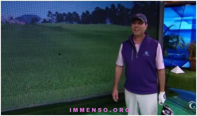 giocatore di golf rompe simulatore