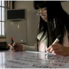 ragazza scrive con due mani