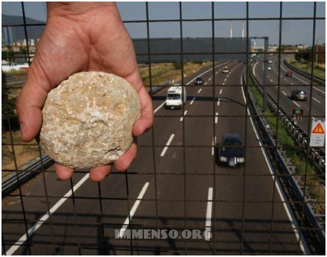 sassi cavalcavia autostrada