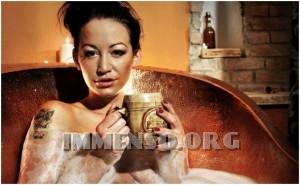 ragazza bagno nella birra foto 04