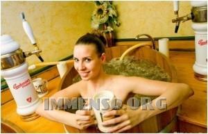 ragazza bagno nella birra foto 05
