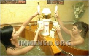 ragazza bagno nella birra foto 06