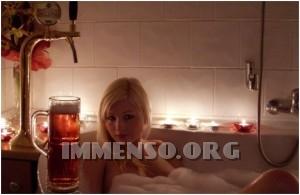 ragazza bagno nella birra foto 09