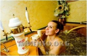 ragazza bagno nella birra foto 11