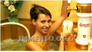 ragazza bagno nella birra foto 14