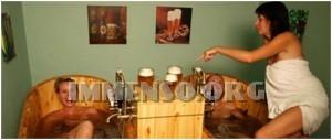 ragazza bagno nella birra foto 16