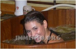 ragazza bagno nella birra foto 19