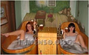 ragazza bagno nella birra foto 23
