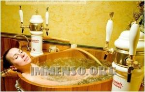 ragazza bagno nella birra foto 24