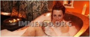 ragazza bagno nella birra foto 28