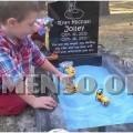 bambino gioca su tomba fratello