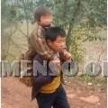 cinese porta figlio sulle spalle