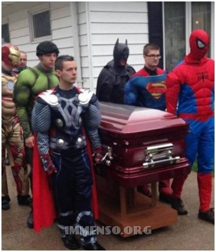 funerale bara supereroi