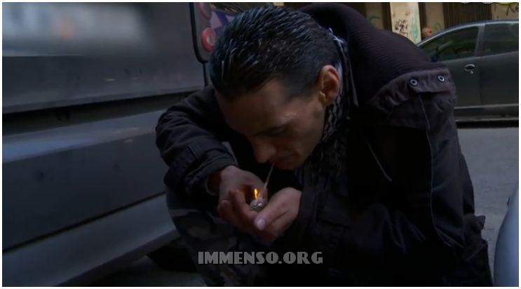 uomo che fuma droga