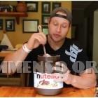 uomo mangia nutella