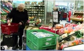 anziani che fanno la spesa
