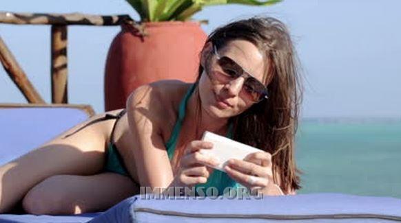 donna utilizza smartphone estero