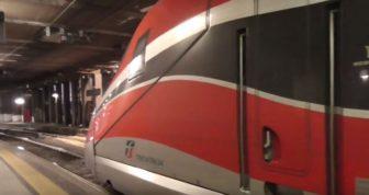 treno frecciarossa immagine di lato